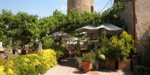 Hotel Restaurante El Fort is located in Ullastret, a 10-minute drive from La Bisbal d'Empordà, 15 minutes' drive from the beach. This rustic hotel offers free Wi-Fi and a restaurant with terrace overlooking the countryside.