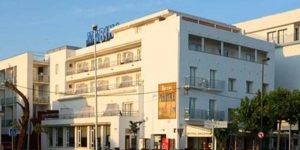 Stay in the Heart of Roses  Hotel Marina is in the center of Roses, on the seafront. It features free access to the gym and the rooftop swimming pool with hydro-massage jets, open in summer.