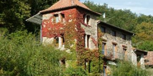Set in a pretty manor house in Rocabruna Valley, Casa Etxalde is situated 8 km from Camprodón in the Catalan Pyrenees. It is surrounded by green gardens and an outdoor swimming pool.