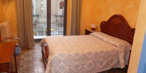 Hostal Adarnius is a guest house located in La Bisbal d'Empordà, 28 km from Girona and 40 km from Figueres. It offers rooms with heating and TV.