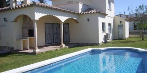This detached holiday home with a private swimming pool is located in the Riells area of L Escala. The home is equipped with all comforts.