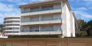 Apartamentos Las Brisas is located in the centre of l'Estartit, 50 metres from the beach. Set in a private property, there is a garden with a shared outdoor swimming pool.