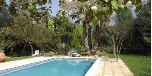 The beautiful Mas Martís is set outside Serinyà in the countryside between Banyoles and Besalú. Surrounded by lovely gardens, it features a seasonal outdoor swimming pool.