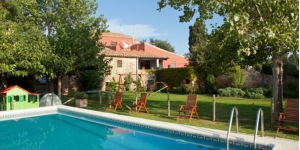 Mas Masaller is a 13th-century farmhouse turned into a stylish hotel just 3 km from La Bisbal d'Empordà. It has a swimming pool and free bicycle hire.