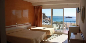 Overlooking Platja Gran Beach in Tossa de Mar, Rovira offers modern rooms with balconies and Mediterranean Sea views. It features a striking grotto bar with a large flat-screen TV.