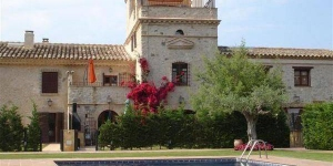 At only 5km from the beaches of Sant Pere Pescador and just at the entrance of the small town of Torroella de Fluvia. as a result of the complete restoration of an old Catalan farmhouse called Mas Armada.