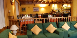 Hostal La Placeta is located in Camprodón, Girona, 20 km from Vallter 2000 Ski slopes. It has a restaurant with bar and rooms with heating and private bathroom.