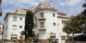 Just off the beach in Tossa de Mar, this family-run hotel offers simple rooms with a private bathroom. Hotel Tonet features a terrace with views of the medieval town.