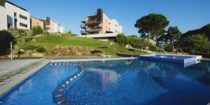 These modern décor apartments are less than 5 minutes' walk from Sa Boadella beach and 1 km from the centre of Lloret de Mar. The complex offers 2 outdoor swimming pools.