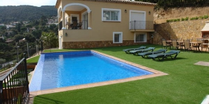 Offering an outdoor swimming pool, Casa Mas Ambros is set in the heart of Costa Brava. Located in Calonge, the modern country house is 10 minutes' drive from Palamos and Platja d'Aro.