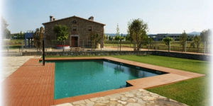 Featuring an outdoor pool and interior room with a spa bath, Can Cateura is located in Llagostera, 12 km from the beaches of Costa Brava. Free Wi-Fi is available in all areas.