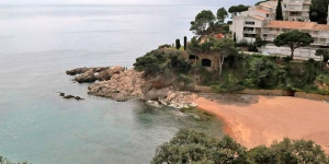 Apartment Cala Salionc Tossa de Mar is a 4-room apartment on 2 levels, with sea view. On the ground floor is a living/dining room with exit to the terrace and a kitchen.