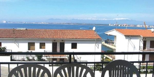 This is a four-room apartment on 1st floor, located 2.5 km from the centre of Roses and 900 m from the sea.