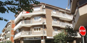 "Stay in the Heart of Roses  Apartment block ""Gaudí""is 3 storeys. It is located in the centre of Roses, 300 m from the sea."