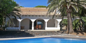 This is a four room house 130 m2, 3 km from the centre of Port de la Selva. There is a living/dining room 32 m2 with 1 double sofa bed, open fireplace, satellite-TV and international TV channels.