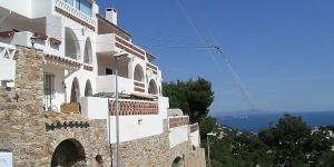 This is a one-room apartment 50 m2 on 1st floor, located 5 km from the centre of Begur and 1.5 km from the sea.