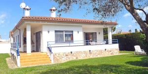 Holiday Home Montgri 151 Empuriabrava is a 3-room house 65 m2. It is located in the district of Montgrí, 600 m from the centre of Empuriabrava, in a sunny position, 1 km from the sea.