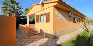 Holiday home Don Felipe is situated outside of resort, 3 km from the centre of L'Escala, in a quiet, sunny position, 150 m from the sea. This is a 5-room house with air-conditioning and covered with WIFI internet.
