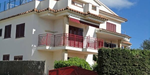 This apartment block has 2 storeys. It is in a resort, 250 m from the centre of port de llança, in a central, sunny position, 150 m from the sea.