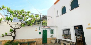 It is a terraced house with 3 storeys. It is right in the centre but still quiet, 100 m from the sea, 100 m from the beach.