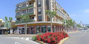 Apartment Edificio Catalunya Empuriabrava is a 3-room apartment, 65 m2 on 3rd floor. It is located in the district of Poblado Típico, in the centre of Empuriabrava, 300 m from the sea, 300 m from the beach.
