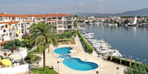 "Gran Lago 62, 3/1 is an apartment in a block ""Gran Lago"". In the district of San Mauricio 3 km from the centre of Empuriabrava, 3 km from the sea, located by a road."