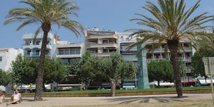Alójate en el centro de Rosas  This apartment can be found in the centre of Roses. The 40m² accommodation is located on the second floor and contains a living/dining room with sofa bed and TV.