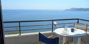 "Apartment block ""Edifici Mundel"", 3 storey building is situated in the centre of L'Escala, right in the centre but still quiet, directly by the sea, 170 m from the beach. This is a 5-room apartment on two levels on 3rd floor with practical and comfortable furnishings."