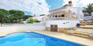 House Afrodita is situated on the outskirts, 3 km from the centre of L'Escala, in a quiet, sunny position, 1 km from the beach. The house offers private garden with swimming pool.