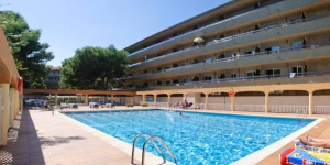 RVHotels Apartamentos La Pineda is located in L'Estartit, just 50 metres from the beach. It offers an outdoor pool for adults and children, and apartments with a TV and a private balcony.