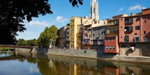 Located 100 metres from Girona Cathedral, Girona Cool Apartments offers stylish apartments with a balcony with city and river views. The Arab Baths are 200 metres away, and free Wi-Fi is provided.