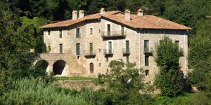 Set in the mountains of the Garrotxa, 8 km from Olot, Mas Toralles is a 15th-century farmhouse offering 4 bedrooms and 2 bathrooms. The rustic-style property has a terrace with a barbecue.