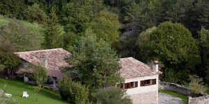 Set by Parc del Castell de Montesquiu Nature Reserve, Mas Pinoses is located in Les Lloses, by in the Pyrenees. The traditional country house offers an extensive garden with a furnished terrace.