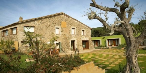 Surrounded by the forests and vineyards of Baix Empordà, this restored 14th-century country house is located in Vall-Llobrega. It offers an outdoor pool and smart rooms with a plasma TV.