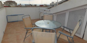 Verblijf in het hart van Roses  J&V Gravina 3 is a self-catering apartment located in central Roses, 400 metres from the beach. It has a private terrace with views of the town.