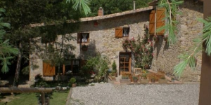 Featuring a restaurant, garden terrace and free Wi-Fi, Casa Rural Can Peric is located in the countryside, a 5-minute drive from Camprodón. This rural guest house offers double rooms with heating and private bathroom with a shower.