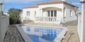 This detached holiday home with a private swimming pool is located in the Riells de Dalt area of L Escala. The holiday home is nicely furnished and has an walled garden with a terrace where you can enjoy a barbeque or take a refreshing dip in the triangular swimming pool.