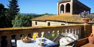 El Palauet de Monells is located in Monells' charming village square, in the Catalan countryside. This property has an indoor pool and an indoor saltwater hot tub.