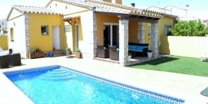 Villa en L'Escala is located in L'Escala, 1 km from the beach. This property has a private pool.