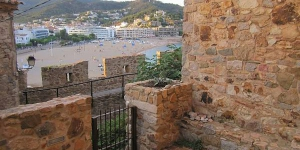 Casa Sa Vela is located in Tossa de Mar. There is a full kitchen with a dishwasher and an oven.