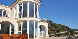 Located in Lloret de Mar, Villa Gaudi offers an outdoor pool. The property is 4.