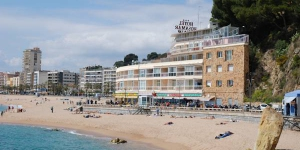 Stay in the Heart of Lloret de Mar  The Rosamar Maxim can be found on Lloret de Mar's beach, with views of the sea from the rooms and the terrace. It has air conditioning and satellite TV.