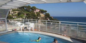 Stay in the Heart of Lloret de Mar  Right on the beach front in the beautiful resort town of Lloret de Mar, the hotel offers comfortable and affordable air conditioned accommodations. The hotel looks out to sea over Lloret de Mar's beautiful beach.