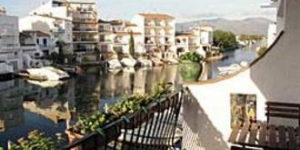 Apartment Port Banyuls is a self-catering accommodation located in Empuriabrava. The property is 1.