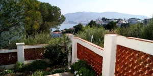 Holiday home San Miguel is located in Colera. There is a full kitchen with a dishwasher and a microwave.