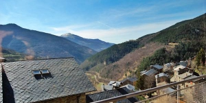Situated in the Pyrenees, in the peaceful town of Queralbs, Apartamento Queralbs boasts a small balcony with mountain views and offers accommodation with heating and private parking. This duplex apartment includes a bright living area with a wood-burning stove, TV, and dining table.