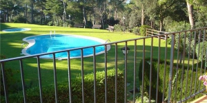 Offering an outdoor pool, Holiday home Cuba is located in Llafranc. There is a full kitchen with a dishwasher and a microwave.