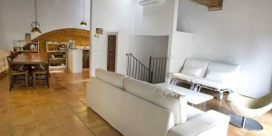 Located in Ventalló, Casa Lolón holiday home offers self-catering accommodation with a balcony and free WiFi just a 10-minute drive from the seaside town of L'Escala. This rustic-style property built of stone features sloping ceiling with exposed wooden beams in the kitchen and living area.