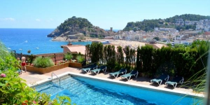 Offering views of Tossa de Mar Castle and the beach, Apartment Bunker Tossa has access to a communal outdoor pool, gardened areas and children's playground. This self-catering apartment has free WiFi.