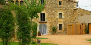 Hotel Mas Carreras 1846 is located in Bordils, in the Catalan countryside just 15 minutes' drive from Girona. This charming stone farmhouse offering stylish rooms and a large garden with a pool.